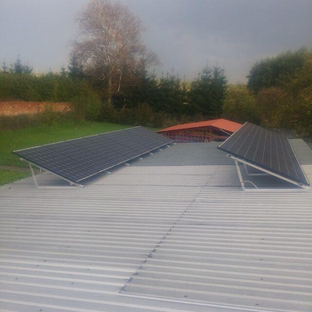 https://sunbraks.pl/wp-content/uploads/2021/03/Konstrukcja-na-Dach-plaski-Miroslawiec-16-x-Sharp-360-Wp-Moc-576-kWp-640x640.jpg
